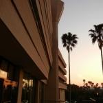 夕暮れ時のホテル正面玄関